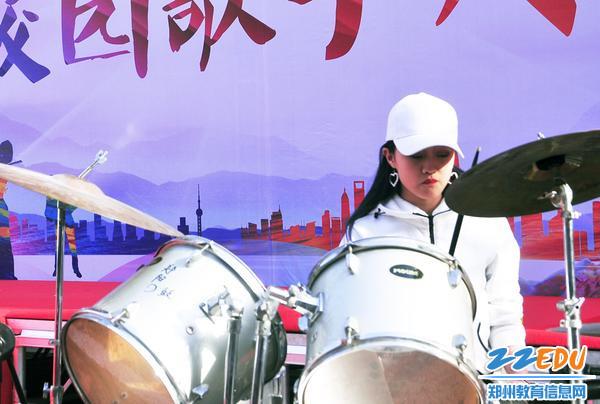 酷酷的女架子鼓手